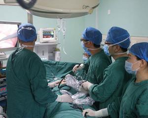 外科团队腹腔镜下实施消化道修补