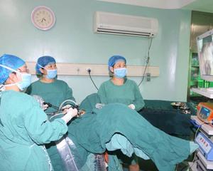马智慧主任在做腹腔镜手术