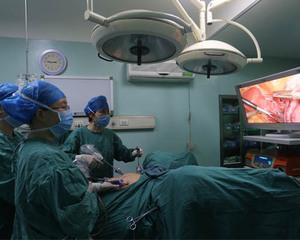 吴兰珠主任为妇癌患者实施盆腔淋巴结清扫术